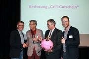 Gewinner des Grillfestes: komba Ortsverband Aachen (links: Vorsitzender Karl-Heinz Welters, rechts: Frank Meyers). Ralf Eisenhöfer (zweiter von links), Ehrenvorsitzender komba nrw, und Andreas Hemsing überreichen den Preis