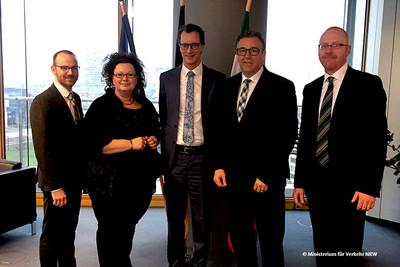 v.l.n.r.: Marcus Rümmler (Vorstandsreferent komba nrw), Sandra van Heemskerk, Hendrik Wüst, Andreas Hemsing, Stefan Fedder. (Foto: © Ministerium für Verkehr NRW)
